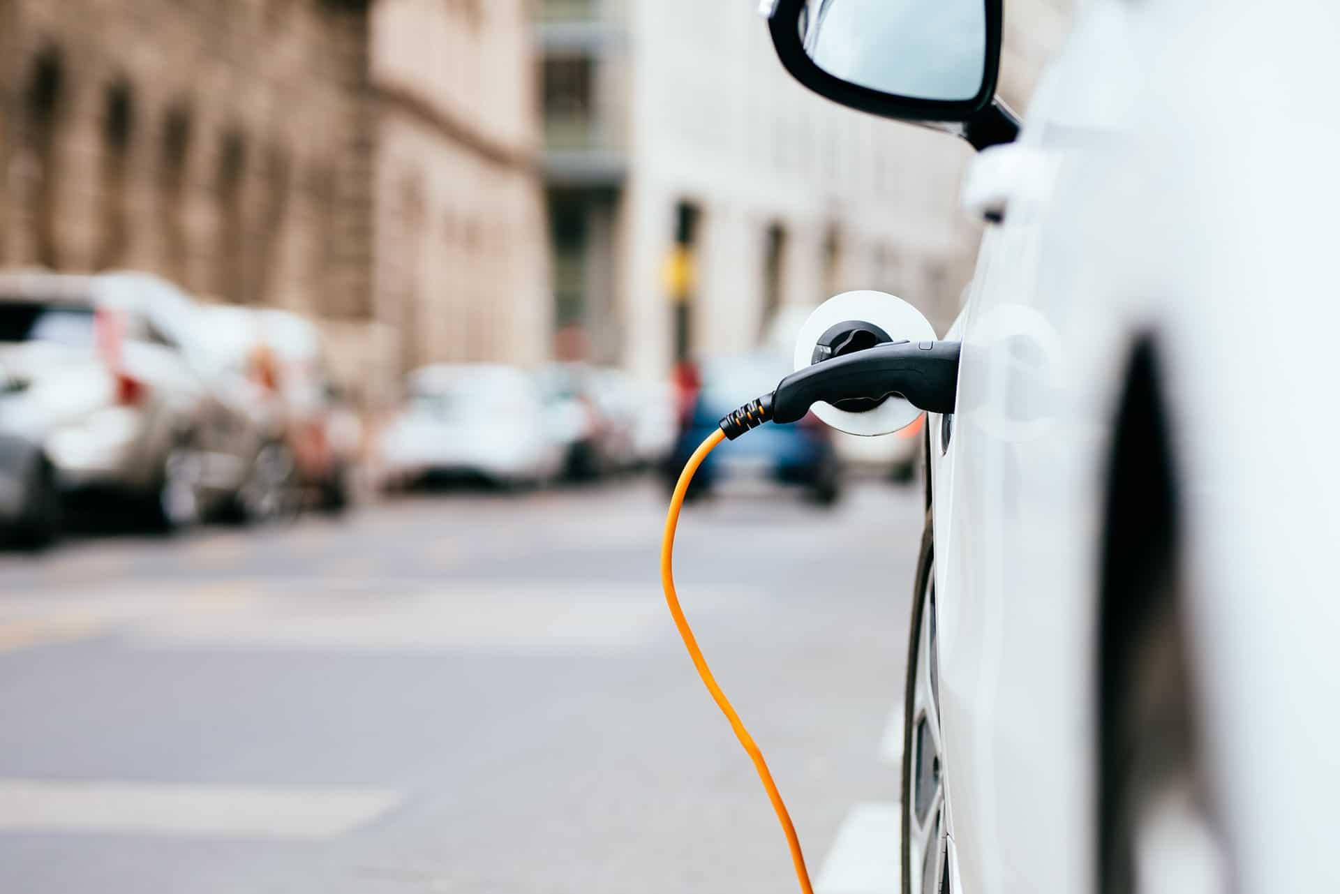 Recharger sa voiture électrique sur un lampadaire parisien, c'est possible !